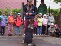 Zastřelený pes Bax mezi dětmi.