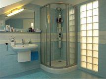 Skleněnými tvárnicemi proniká světlo z koupelny na galerii a schodiště