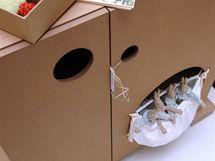 Výřezy místo úchytek, kapsy z Tyveku nahrazují krabice na hračky
