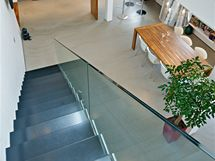 Celoskleněné zábradlí bylo zvoleno s ohledem na hmotu schodiště