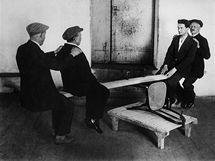 Testování pevnosti židlí z ohýbaného dřeva