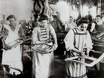 Ruční broušení prováděly ženy (1910)
