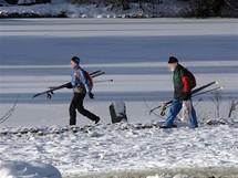 Na Jizerské magistrále je dostatek sněhu pouze v nejvyšších polohách. Správci však zasněžují a rozváží sníh i na nižší oblasti (15.12. 2009)
