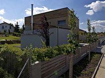 Na fasádu v prvním podlaží a na plot použili majitelé dřevo