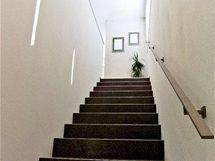 Ke schodišti přijde dřevěná zábrana, než se dcera naučí schody bravurně zvládat