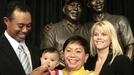 Tiger Woods, jeho dcera Sam Alexis, matka Kultida a manželka Elin, měsíc před porodem syna.