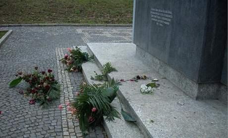 Vandalové poničili památník rudoarmějců v Králově poli v Brně.