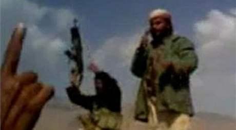 Teroristé jemenské odnože Al-Kajdy na záběru videa, které organizace zveřejnila na svém webu (21. prosince 209)