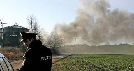 Barely naplněné hořlavou látkou se vznítily v bývalém areálu zemědělského družstva v Hustopečích na Břeclavsku