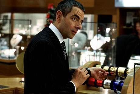 Z filmu Láska nebeská - Rowan Atkinson balí dárky v Selfridge´s