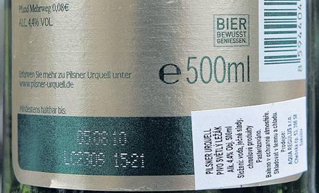 Česká etiketa na lahvi piva Pilsner Urquell, které bylo vyrobeno v Německu.
