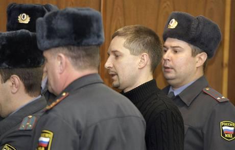 Denis Jevsjukov je přiváděn k moskevskému soudu