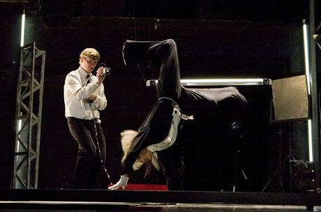 Divadlo Na zábradlí: A tančit!