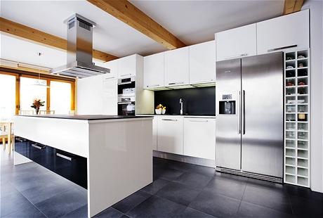 Pod dlažbou v kuchyni je podlahové topení