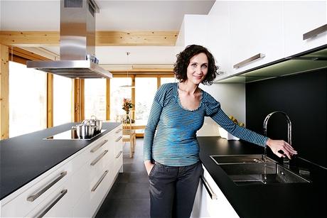 I když v kuchyni nechybí myčka, velký dřez je často v permanenci