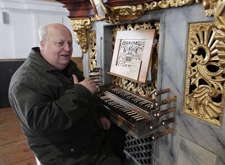 Na historické barokní varhany v rožmitálském kostele Povýšení sv. Kříže dnes hraje Hubert Hoyer. (23. 12. 2009)