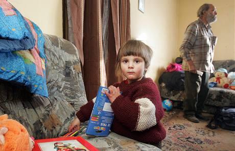 Tříletá Pavlínka z Lomu u Mostu dnes dostala spoustu dárků. (21. prosince 2009)