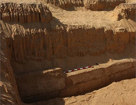 Zeď přístavu poblíž Niuserreova údolního chrámu v Abúsíru