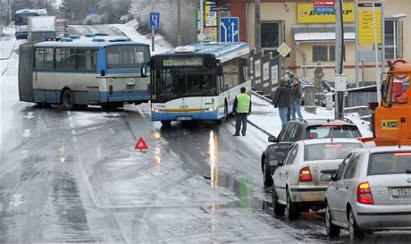 Nehoda autobusu na náledí ve Slezské Ostravě