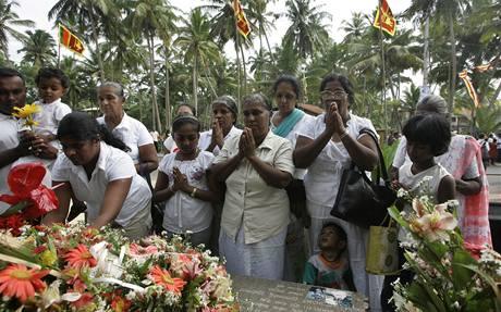 Nejvíce byla povánoční katastrofou postižena Indonésie, kde cunami usmrtilo kolem 160 tisíc lidí. . (26. prosince 2009)