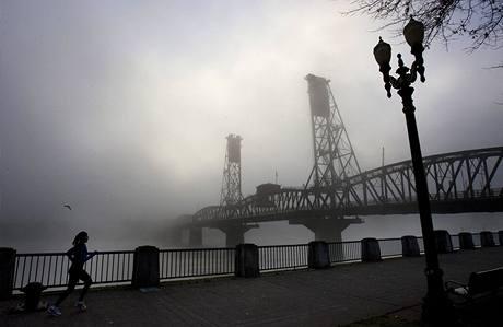 Mlha zahalila Hawthornův most nad řekou Willamette v Portlandu. Spojené státy se potýkají s vánoční bouří, která zasypala zemi nečekaným množstvím sněhu (24. prosince 2009)