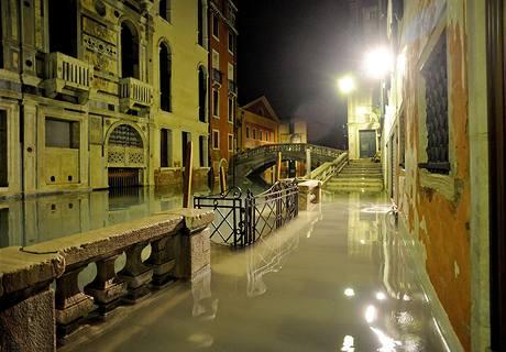 Italské Benátky bojují ve vánočních dnech se záplavami, voda se dosatala na nejvyšší hodnotu za tento rok - 144 cm (23. prosince 2009)