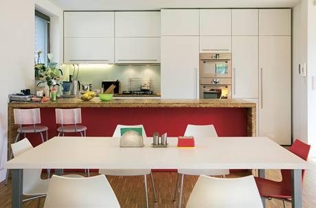Architekt přišel s nápadem použít dubovou mozaiku i na pracovní desku