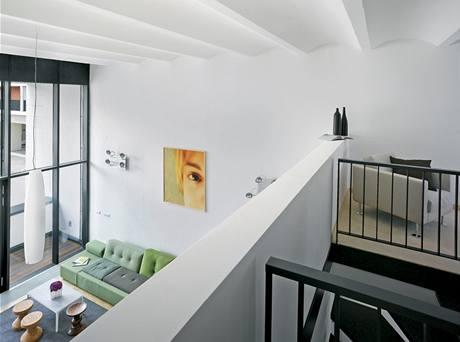 Loftový byt má dispozice 2+ kk a v patře se nachází galerie