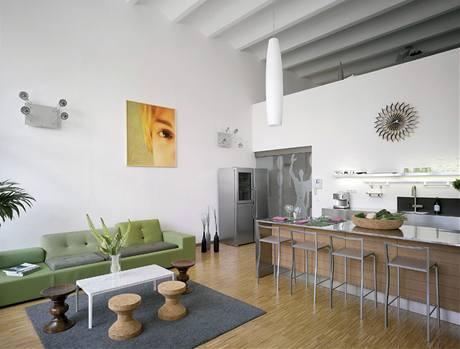 Obývacímu pokoji dominuje kožená sedačka a nad ní výrazný obraz