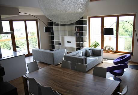 Bydlení v mezonetu s terasami a francouzskými okny v bytovém domě do značné míry nahradí rodinný domek