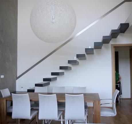 Jednoduché konzolové schodiště není jen cesta do druhého podlaží, ale funguje také jako originální dekorace
