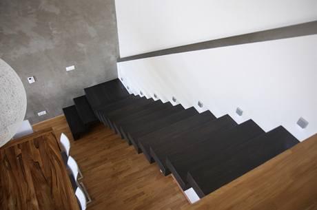Pohled shora na schodiště s madlem na pravé straně