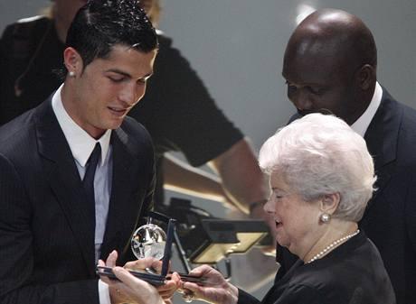Loňský vítěz hlavní ankety Cristiano Ronaldo se stal prvním nositelem ceny za nejhezčí gól roku, který začala FIFA udělovat v tomto roce