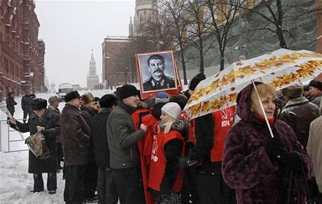 Stalinisté si dali při oslavách 130. výročí Stalinovy smrti sraz na Rudém náměstě v Moskvě (21. listopadu 2009)