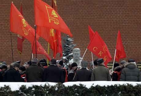 Stalinisté si dali při oslavách 130. výročí Stalinovy smrti sraz na Rudém náměstí v Moskvě (21. listopadu 2009)