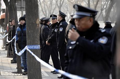 Budovu soudu, kde probíhal proces s Liou Sio-paoem, střeží policisté. (23. listopadu 2009)