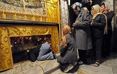 Krypta v chrámu Narození Páně. Vypadá jako sklípek, tady se prý narodil Ježíš. Na Štědrý den se tu nedá hnout.