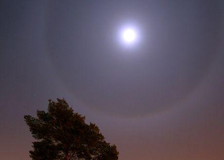 Zářivý kruh kolem Měsíce způsobuje lom a odraz světla na ledových krystalcích v atmosféře.