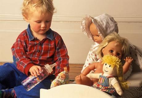 Pry� se stereotypy. I chlape�kov� si mohou hr�t s panenkami