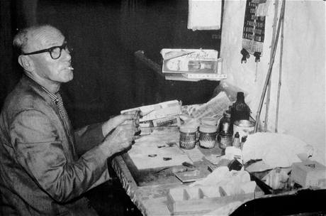 Frederik Smetáček senior při práci na své motýlí sbírce