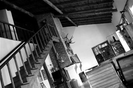Schody do druhého patra zdobí fotografie českého zakladatele dnes již indického rodu Smetáčků
