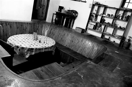 Pozoruhodná jídelna má tvar amfiteátru zapuštěného přímo do podlahy