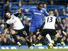 Chelsea - Fulham; Drogba prochází obranou Fulhamu.