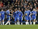 Hráči Chelsea se radují z gólu.