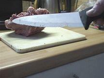 Při řezání masa lehce zajedete do kosti. Pak stačí neopatrný pohyb do boku a vylomíte zub