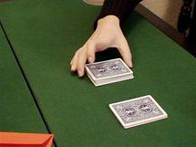 Karty se rozdělí do čtyř hromádek