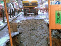Oprava potrubí na křižovatce magistrály a Rumunské ulice v Praze. (22. prosince 2009)