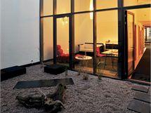 Každý byt odděluje od středové chodby soukromé atrium