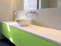 Zelená barva se dostala i do koupelny