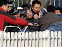 Aktivista provolával hesla před budovou soudu, kde probíhal proces s Liou Sio-paoem (23. listopadu 2009)